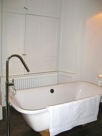 Number 29:                   Bath tub in room