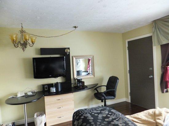 Quality Hotel Fallsview Cascade:                   Nice modern room