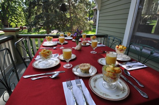 Avenue Hotel Bed and Breakfast: Front porch breakfast