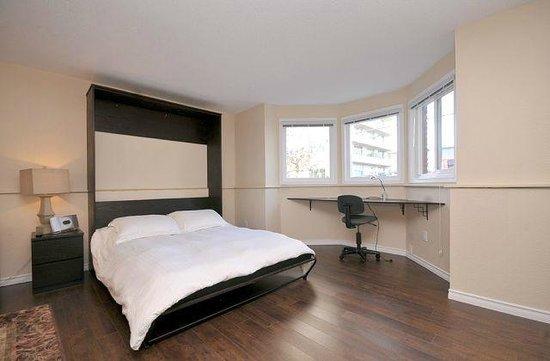 Seaside Suites: Queen bed and work desk in suite #2