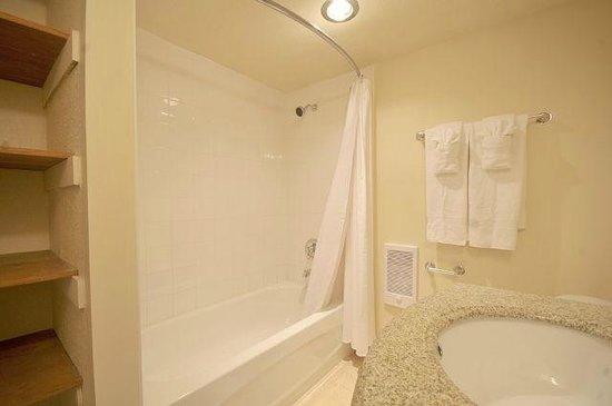 Seaside Suites: Bathroom of suite #2