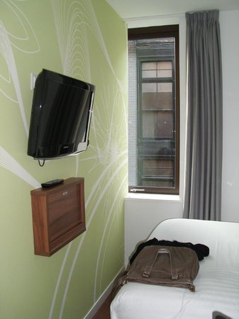 Point A Hotel, London Liverpool Street:                   TV und Fenster