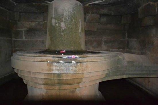 Virupaksha Temple:                   Badavilinga monolith