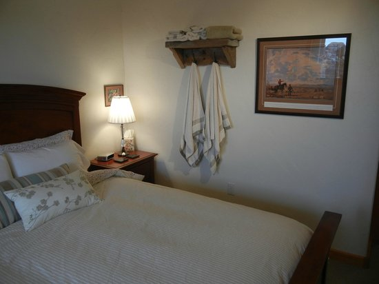 Highwood Views B&B: Prairie Sage Room