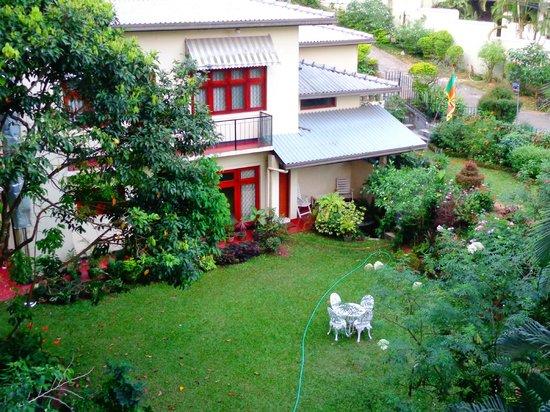 Oak Ray Serene Garden Hotel:                   Vue de notre chambre (arrière de l'hôtel)