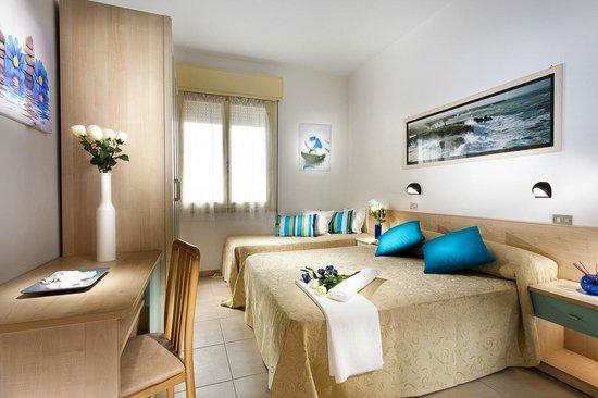 Hotel Ben Hur : Camera matrimoniale con letto aggiunto