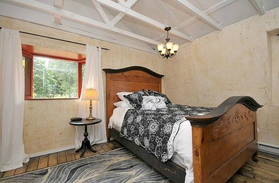 Kenilworth Estate : Bed - The Eagle's Nest Suite