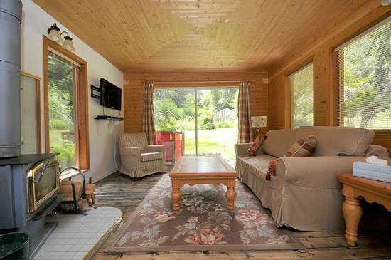 Kenilworth Estate: Living Room - Toad's Hall Cottage