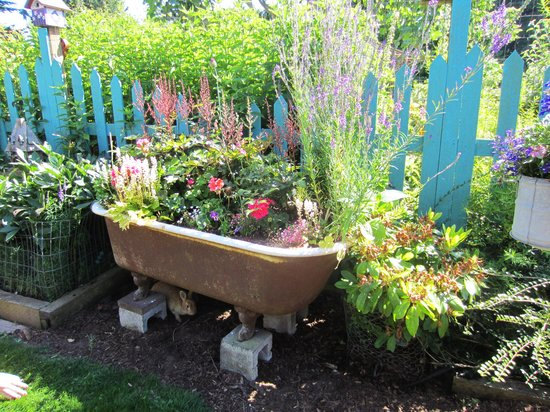 Farmhouse Bed & Breakfast: Old Bathtub full of flowers