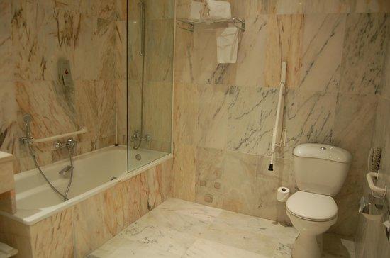 Salles Hotel Pere IV: Bathroom