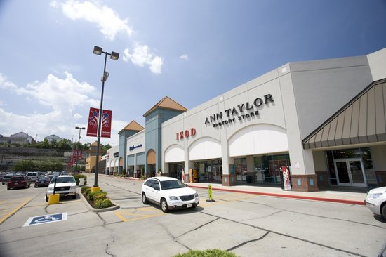 Whether you're a fashion diva looking to expand a wardrobe or you're just looking for some decorative items for your home, the outlet malls in Branson MO have stores to suit everyone's needs and tastes. Tanger Factory Outlet Center. This factory outlet mall houses over 60 .