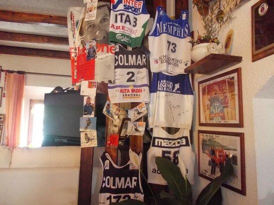 Hotel Corno Alle Scale:                   maglie da sci di vari campioni