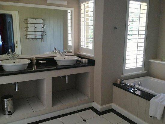 Fordoun Spa Hotel Restaurant:                   Bathroom with heated towel rails