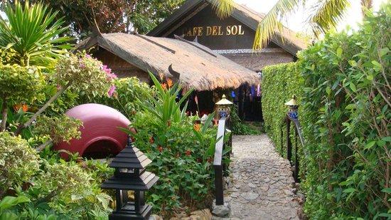 Boomerang Village Resort:                   Ponte giapponese verso il ristorante