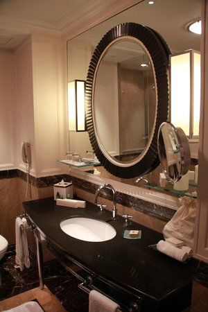 Four Seasons Hotel Gresham Palace:                   Bathroom