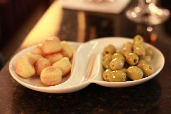 Four Seasons Hotel Gresham Palace:                   Snacks @downstairs lounge