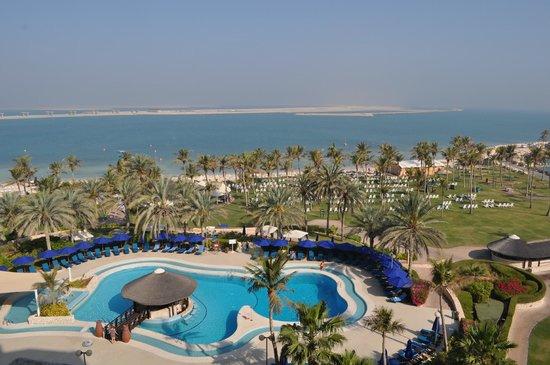JA Jebel Ali Beach Hotel:                   lite av poolområdet och strand