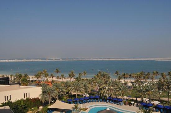 JA Jebel Ali Beach Hotel:                   i bakgrunden en av 3 palmer i dubai, denna i uppbyggnadsfas