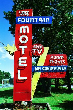 Rustburg, Virginie : Fountain Motel Sign
