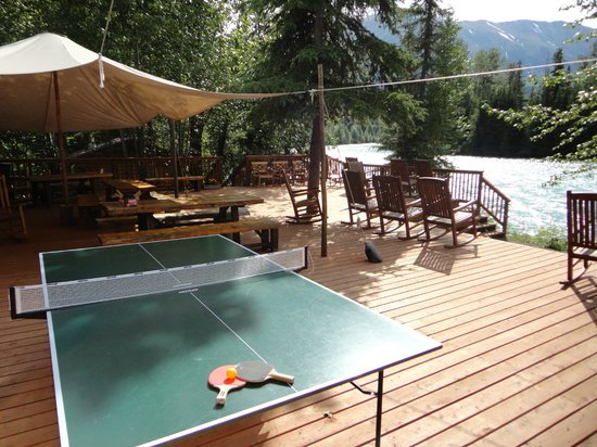 Kenai Riverside Lodge: Our brand new riverside deck - relax or play some ping-pong