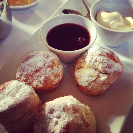 Montagu Arms Hotel:                   Cream Tea