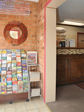 Econo Lodge Colonial : Lobby Area