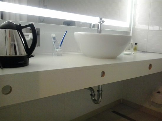 "هيلتون فيينا دانوب ووترفرونت: ""New design"" Hilton bathroom - unfinished desk"