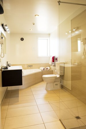 Dunedin Palms Motel: One bedroom spa bath unit bathroom.