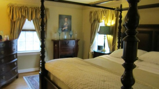 Colonial Gardens Bed & Breakfast:                   Bedroom