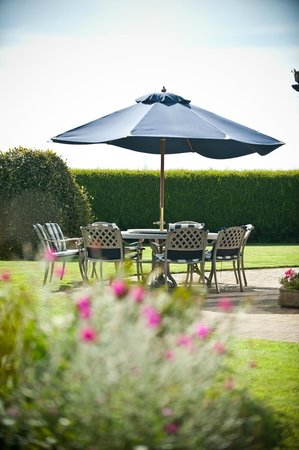 Thornton Lodge Farm B&B: You can have your breakfast outside in the garden!