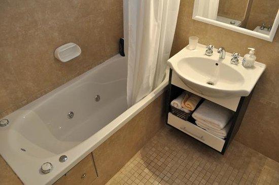 Cimma Suites Apart Hotel: Baño con bañera