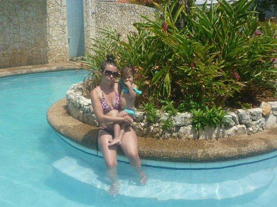 Hosteria Mar y Sol:                   EN LA PISINA