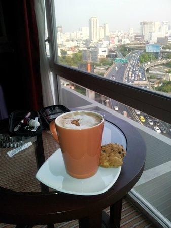 Eastin Hotel Makkasan:                   Heerlijk met een roomservice cappuccino van de drukte en chaos in Bangkok geni