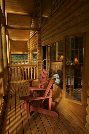 Cathedral Mountain Lodge: Deluxe Cabin Deck