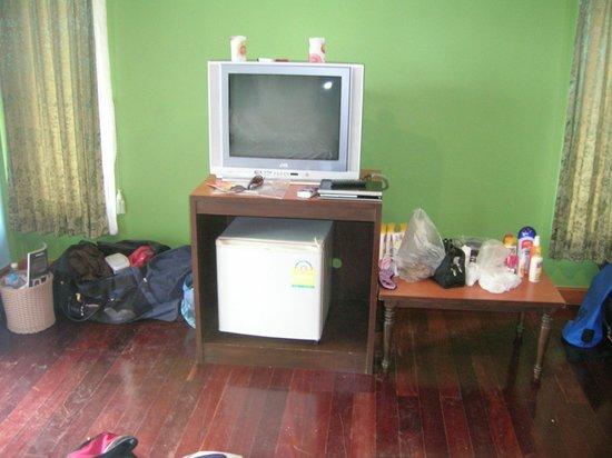 Krabi Fineday Resort: Fernseher (nur Thaisender) und Kühlschrank