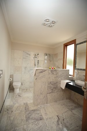 Aurora Cottages: bathroom