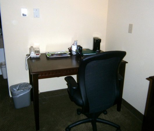 Quality Inn at Quechee Gorge:                   Desk and chair in room