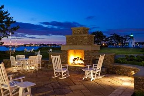 Hyatt Regency Newport: Outdoor Fireplace