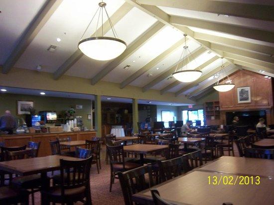 Hawthorn Suites by Wyndham Sacramento:                   decor in breakfast area