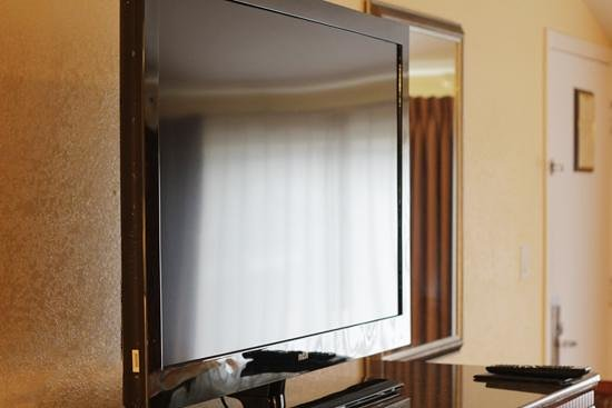 Hotel Iris: Triple Queen room Tv