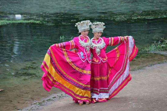 Liu Sanjie Landscape Garden of Guilin:                   turistas probando trajes tipicos (en todas las atracciones de china se puede h