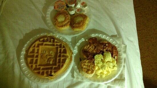 Country Inn & Suites By Carlson, Lexington Park (Patuxent River Naval Air Station):                   Delicious breakfast in bed!