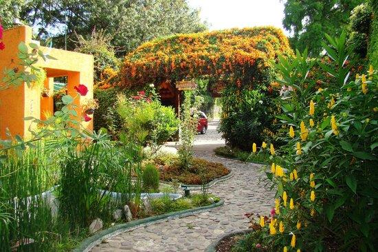 Hotel Posada de Don Rodrigo Panajachel: Entrance Garden