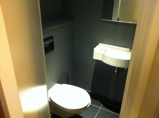 Adagio Brussels Centre Monnaie:                   Toilettes séparés de la salle de bain
