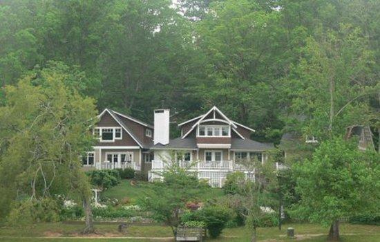 أربور هاوس أوف بلاك ماونتن: View of Arbor House and gardens
