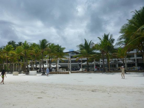 Discovery Shores Boracay:                   Beach area during the day