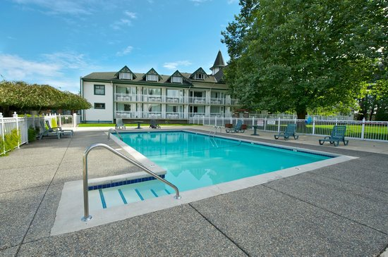 Delta Town & Country Inn: Outdoor Pool: Open May-October