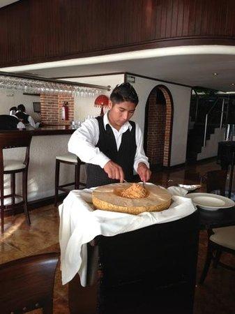 Cenacolo Kukulcan:                   Готовит пасту у столика в огромном Гран подано.