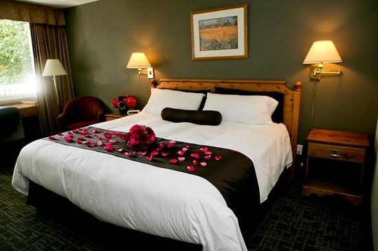 Delta Town & Country Inn: King Bedded Rooms - decorated for one of our many brides