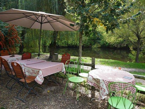 Saint-Leon-sur-Vezere, Francja:                   Terraza bucólica con vistas al río